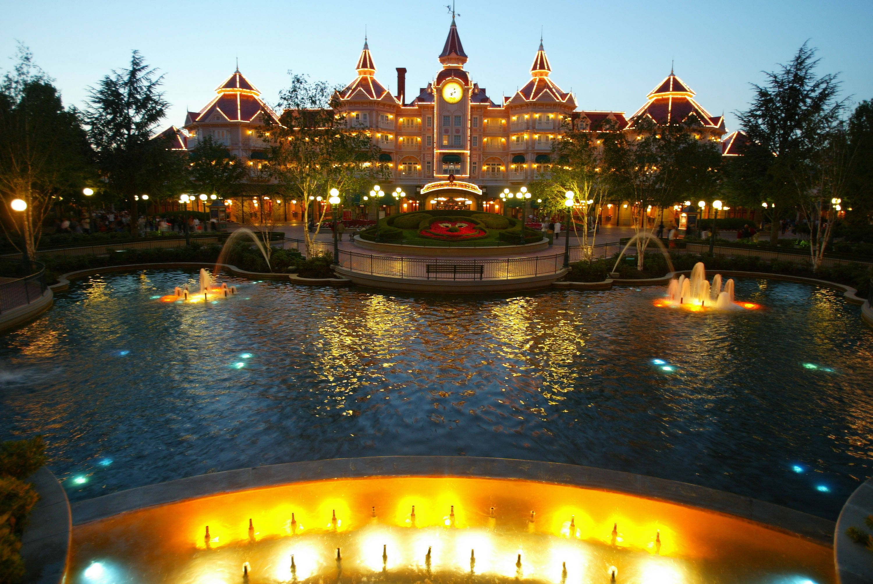 eurodisney Your hotel our hotels don't propose all the same accommodation facilities by room (minimal accommodation facilities: 4 persons) some of our hotels propose rooms which can welcome more than 4 persons.